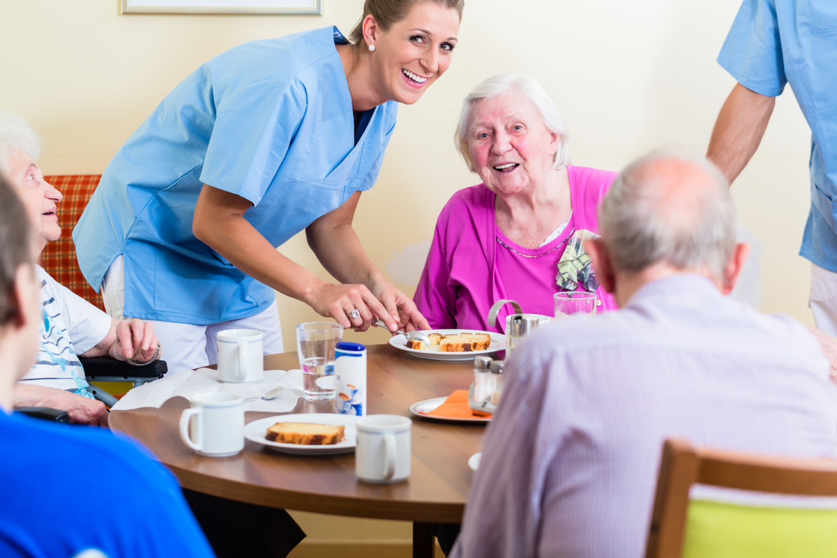 A skilled nurse provides seniors with healthy nutrition in senior care.
